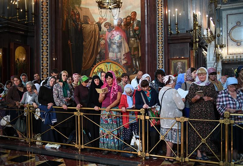 Очередь прихожан у Храма Христа Спасителя, где находятся мощи святителя Спиридона Тримифунтского