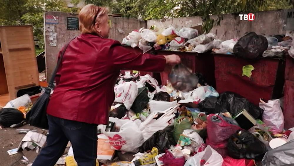 Полные мусорные контейнеры
