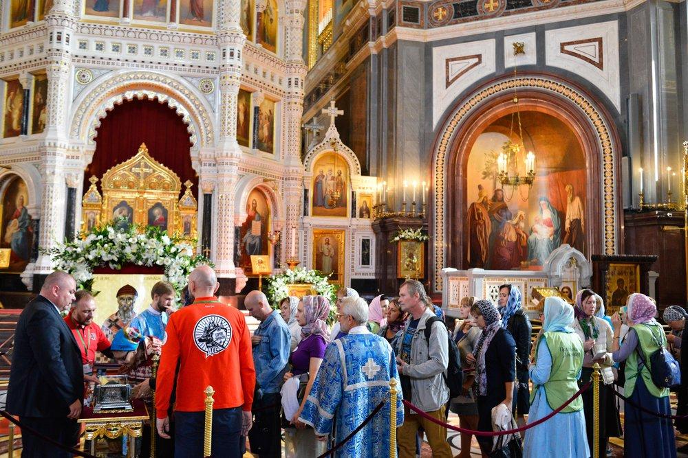 Поклонение верующих мощам святого Спиридона в храме Христа Спасителя