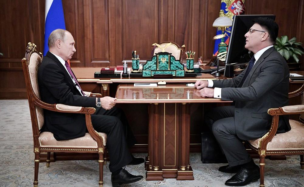 Владимир Путин и руководитель Федеральной службы по надзору в сфере связи, информационных технологий и массовых коммуникаций Александр Жаров