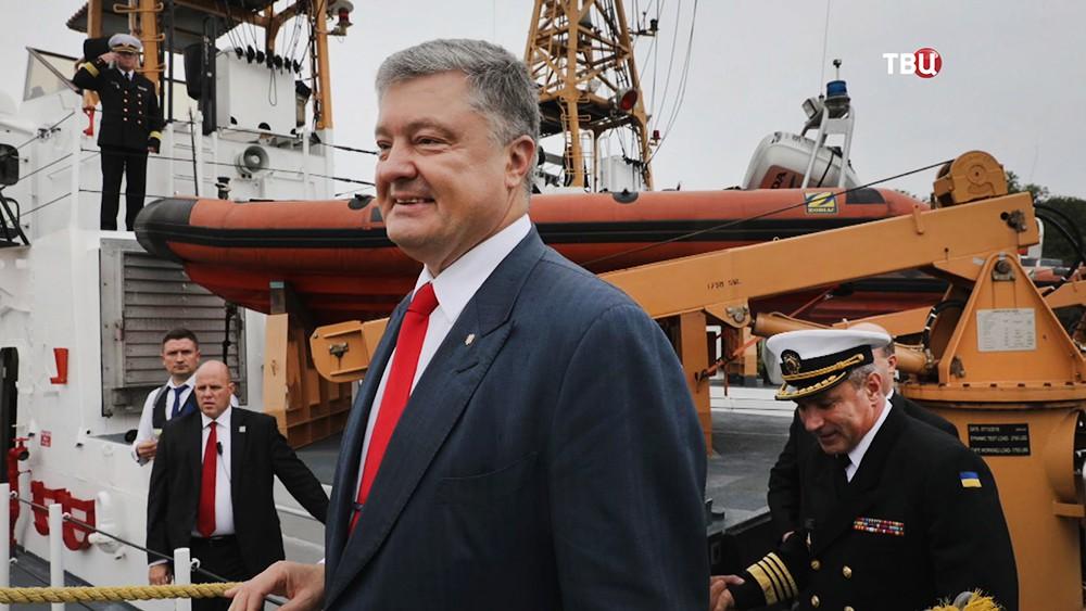 Пётр Порошенко осматривает переданные Украине катера береговой охраны США