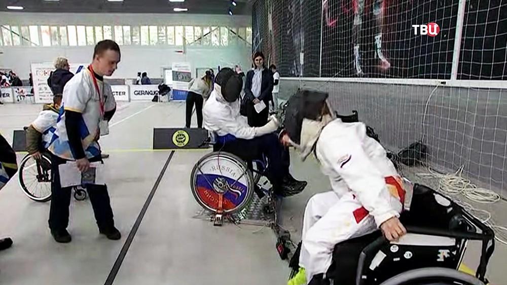 Инвалид-колясочники занимаются фехтованием