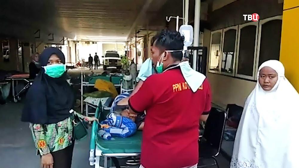 Пострадавшие при цунами в Индонезии