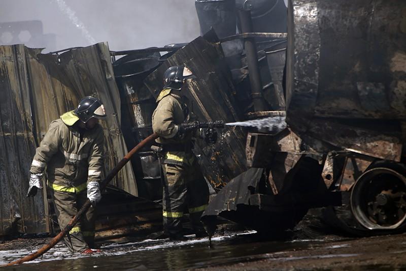 Пожарные МЧС России тушат возгорание на складе