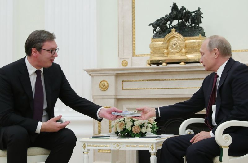Александр Вучич дарит книгу Владимиру Путину