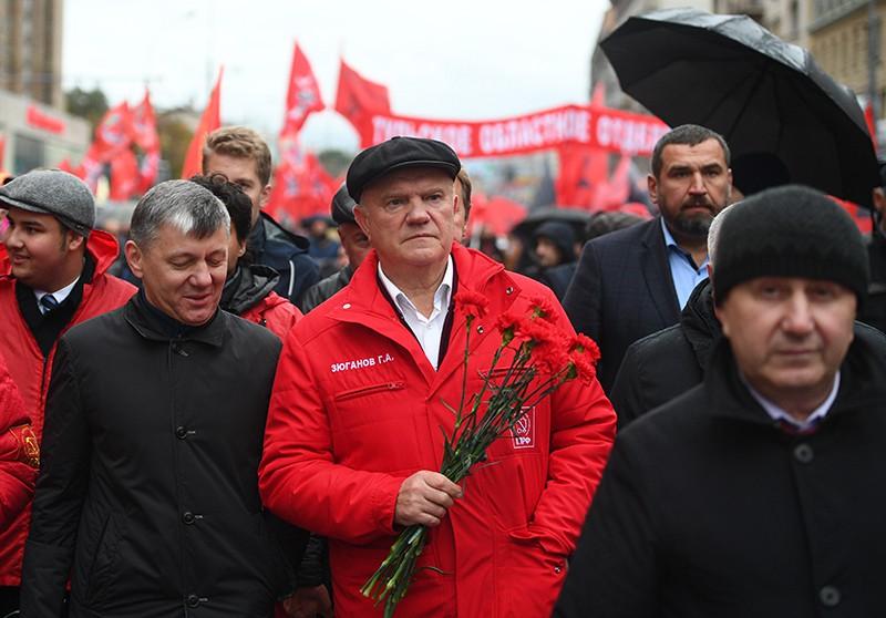Лидер партии КПРФ Геннадий Зюганов во время траурного шествия в память о трагических событиях в Москве в октябре 1993 года