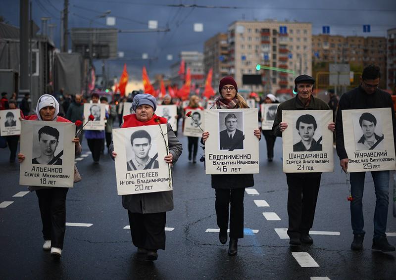 Участники траурного шествия в память о трагических событиях в Москве в октябре 1993 года