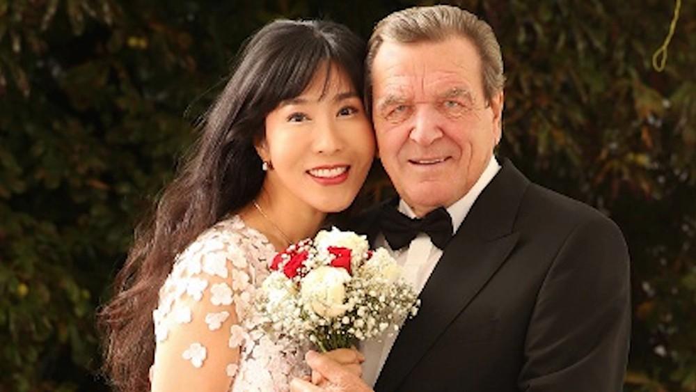 Герхард Шредер со своей невестой Ким Со Ён