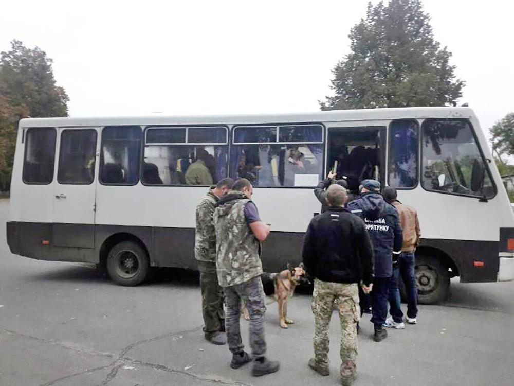 Эвакуация людей из зоны взрыва боеприпасов на Украине