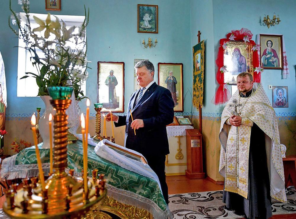 Пётр Порошенко в церкви