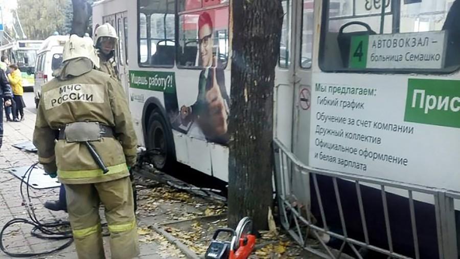 Спасатели МЧС на месте ДТП с участием троллейбуса
