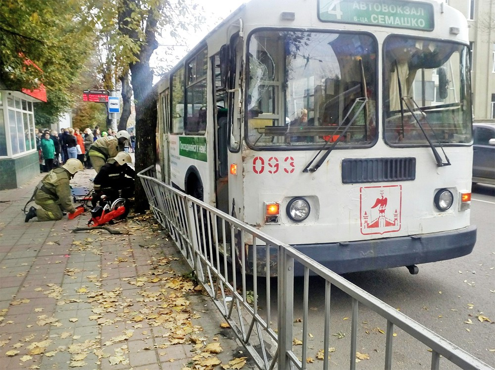 Спасатели МЧС на месте ДТП с участием троллейбуса в Орле