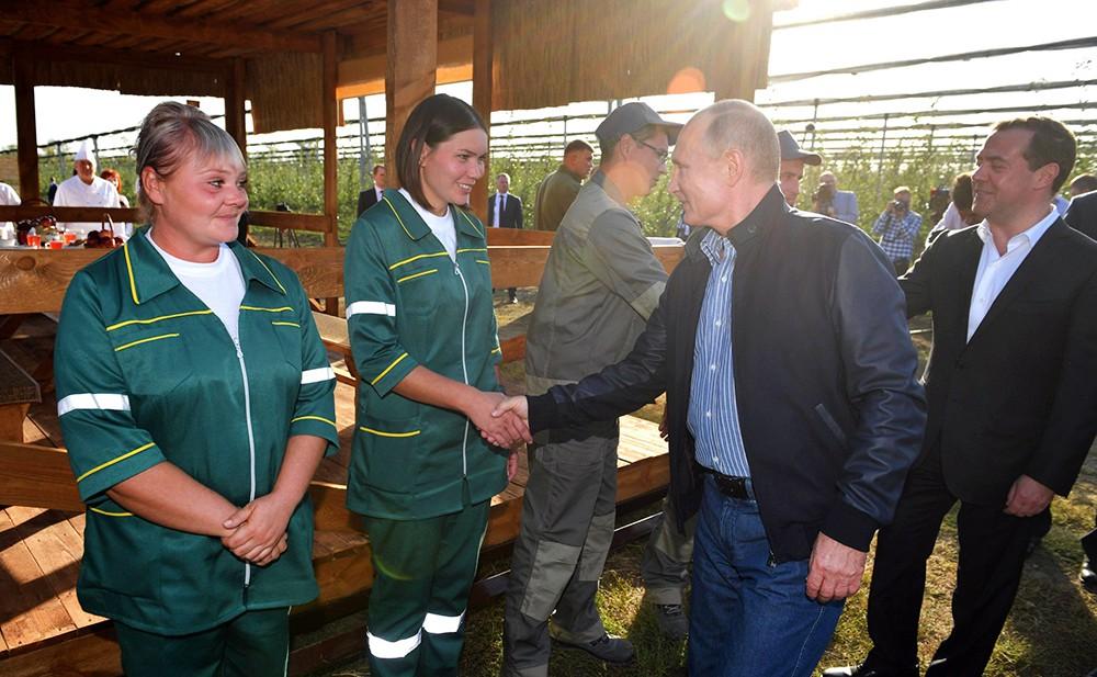 Владимир Путин и Дмитрий Медведев и работники сельхозпредприятия