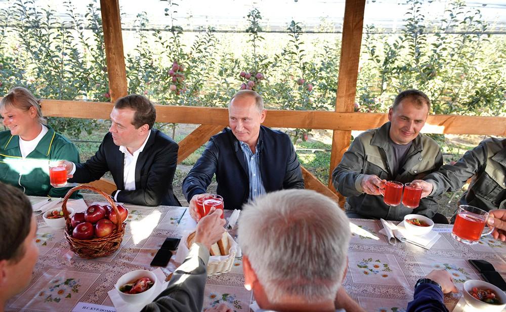 Владимир Путиндимир и Дмитрий Медведев посетили сельхозпредприятие