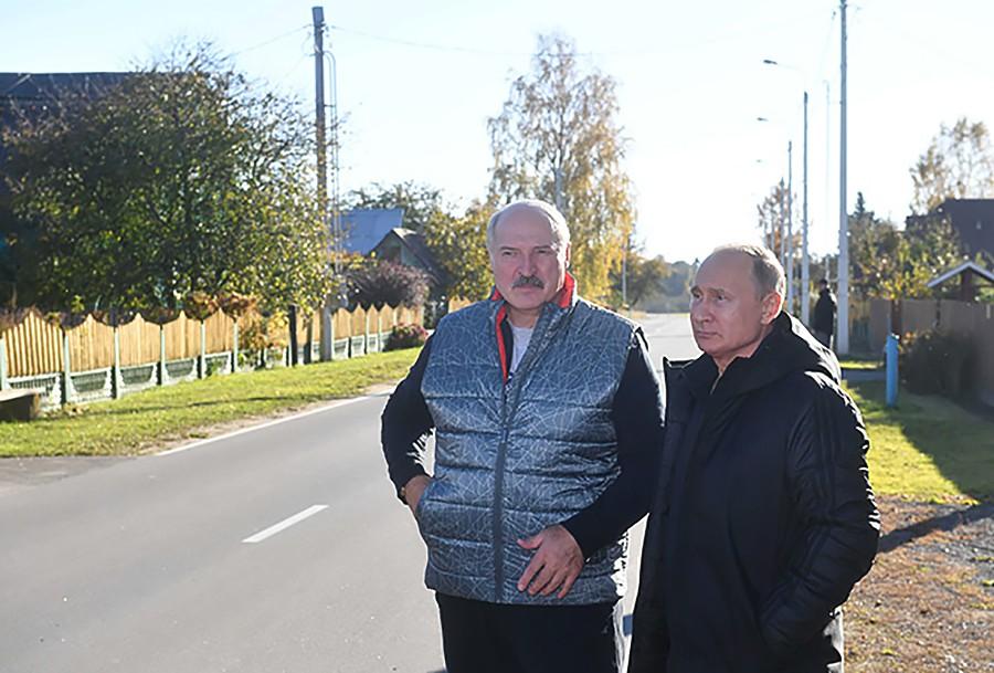 Владимир Путин и Александр Лукашенко во время неформального общения
