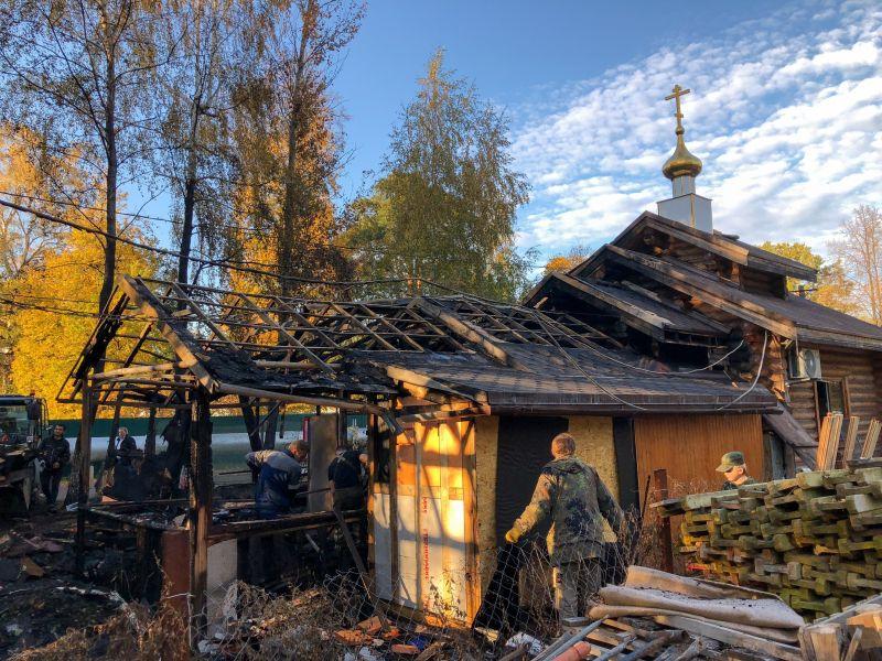Сгоревшие храм и воскресная школа в Москве