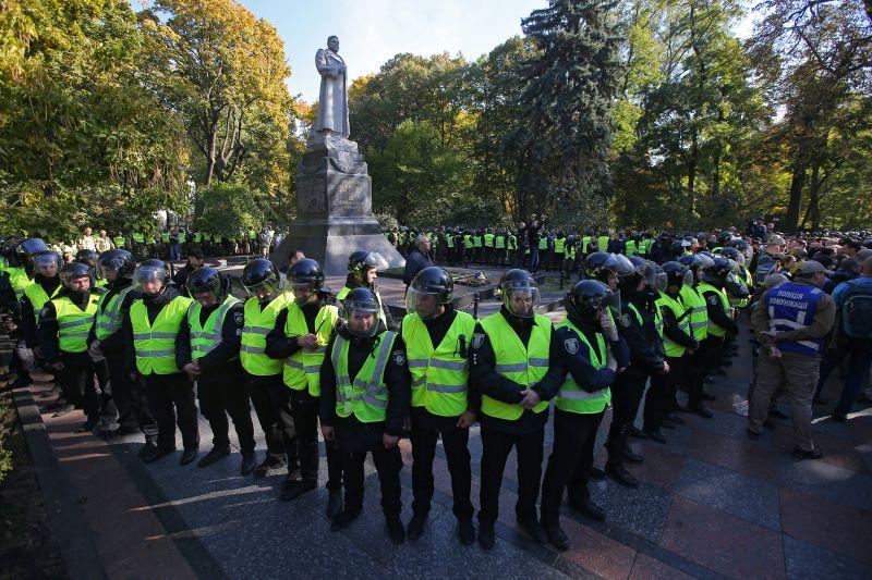 Полиция охраняет памятник Ватутину в Киеве