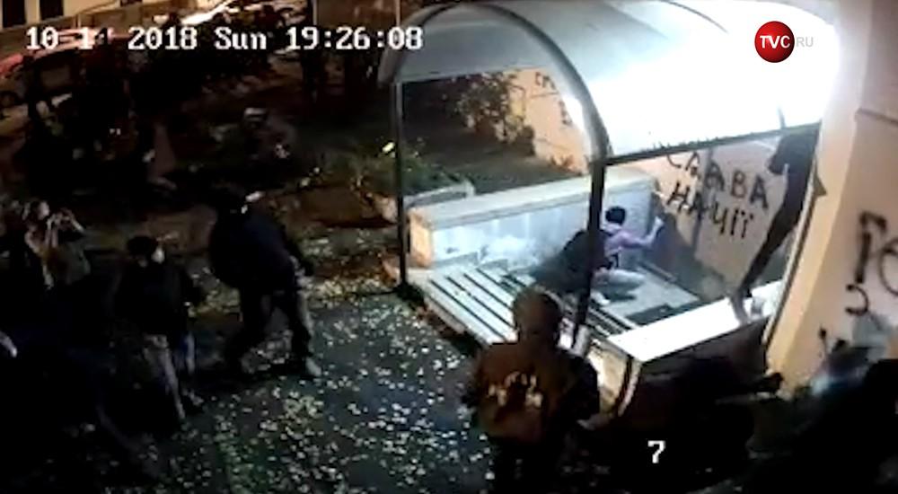 Радикалы расписывают офис Виктора Медведчука