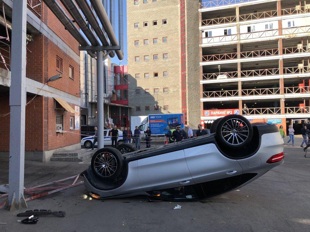 """Машина, выпавшая со второго этажа парковки торгового центра """"Горбушкин двор"""""""