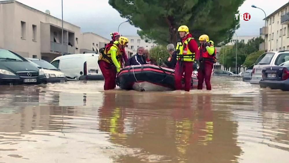 Спасатели Франции эвакуируют людей из зоны наводнения