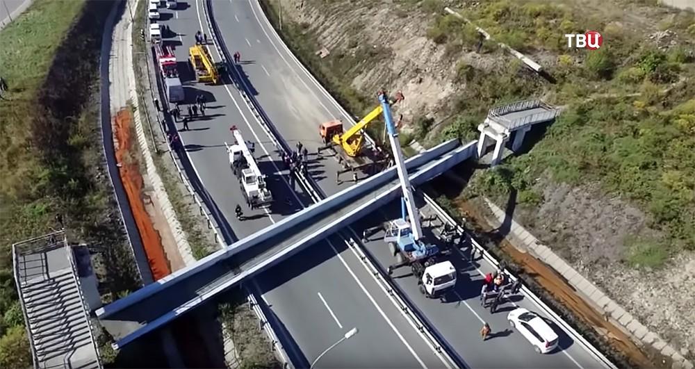 Последствия обрушения пешеходного моста во Владивостоке