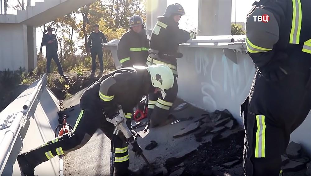 Работа спасателей МЧС на месте обрушения моста