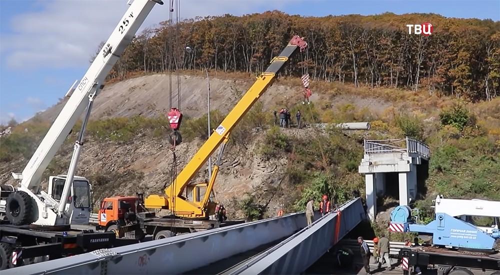 Работа на месте обрушения моста во Владивостоке