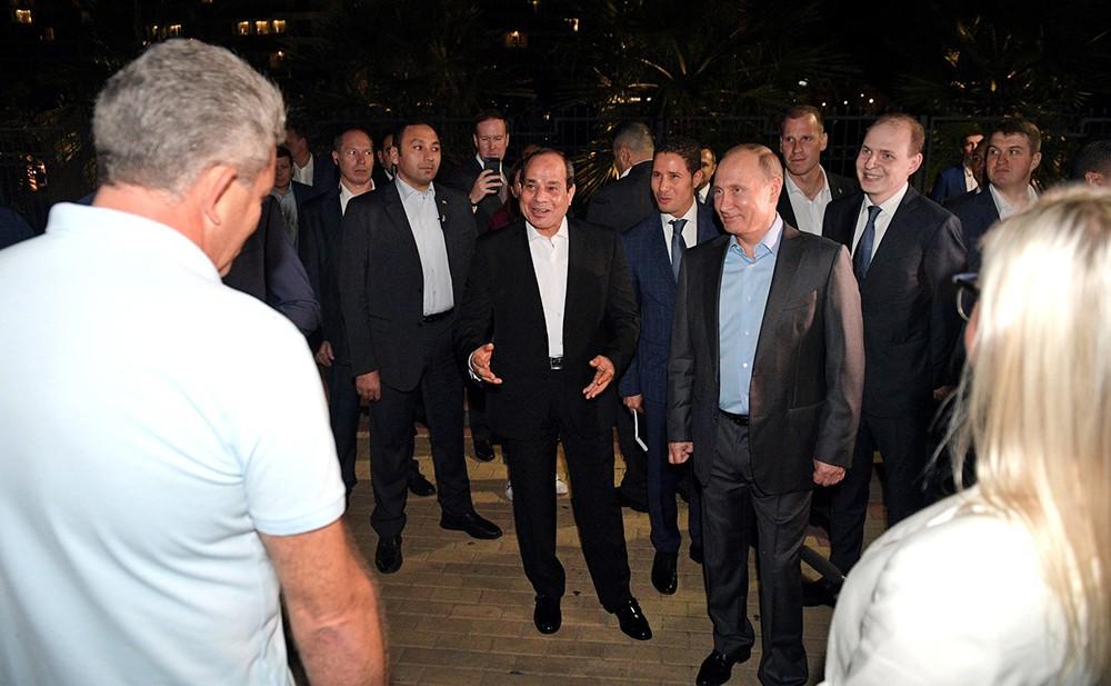 Владимир Путин и Абдельфаттах Сиси общаются с отдыхающими в Сочи