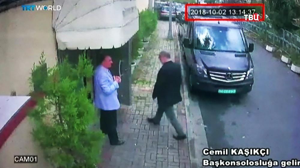 Журналист The Washington Post Джамаль Хашогги заходит в  консульство Саудовской Аравии в Стамбуле