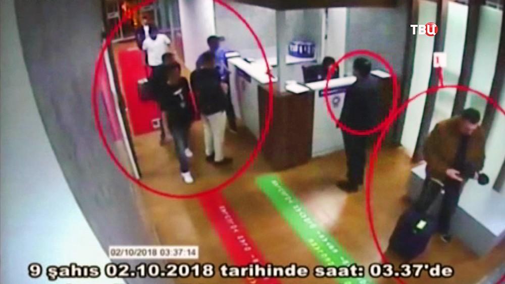 Члены саудовских спецслужб в аэропорту Турции