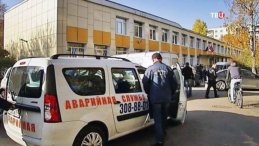 Аварийная служба на месте отравления школьников ртутью в Санкт-Петербурге