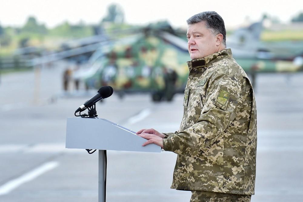 Пётр Порошенко на военной базе