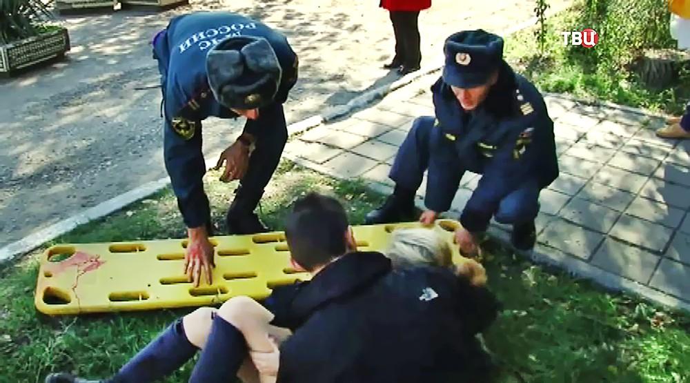 Спасатели МЧС и пострадавшие при взрыве в колледже в Керчи