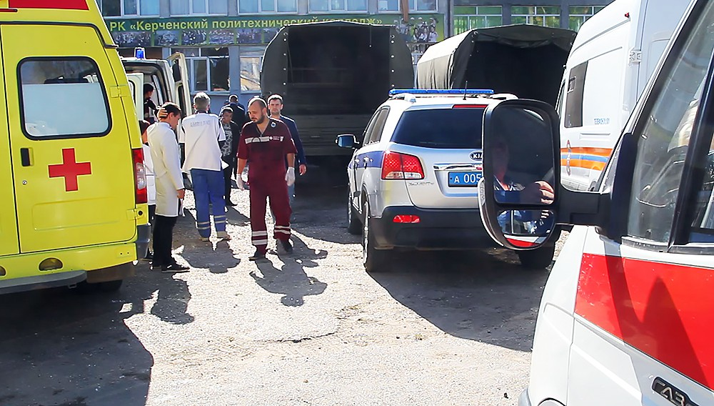 Оперативные службы на месте взрыва в колледже в Керчи