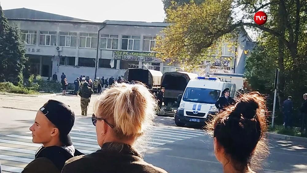 Люди на месте взрыва в колледже в Керчи