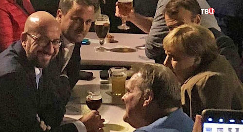 Ангела Меркель и Эммануэль Макрон в баре