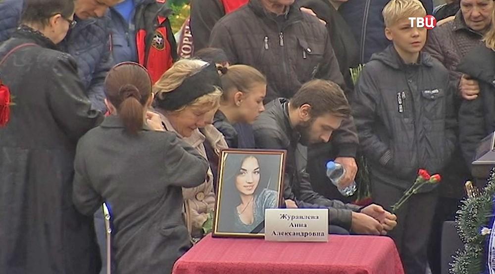 Траурная церемония на главной площади в Керчи