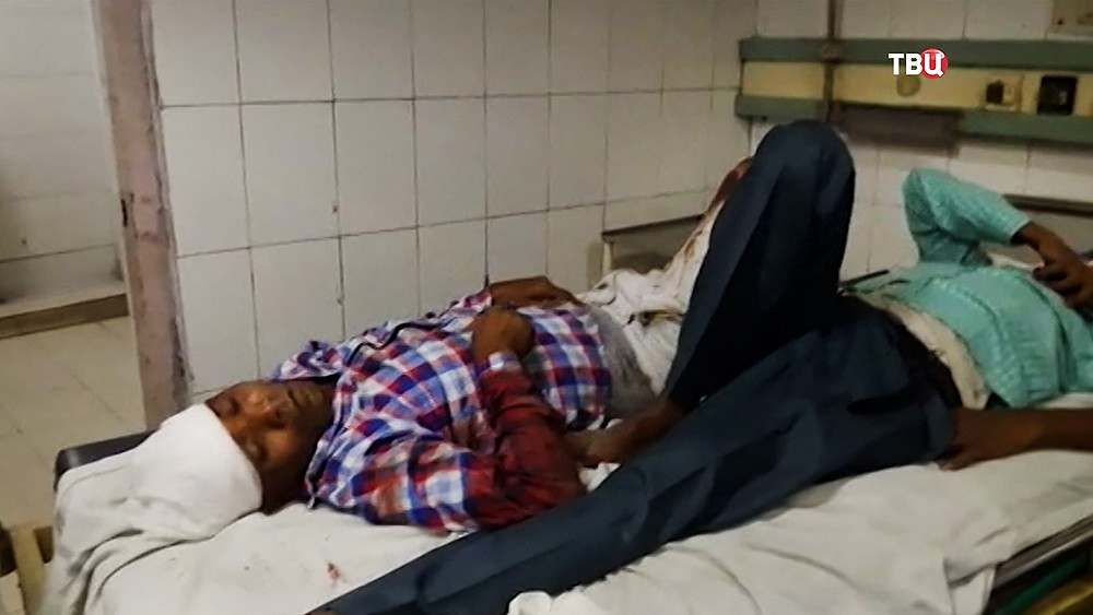 Пострадавшие в крушении поезда в Индии