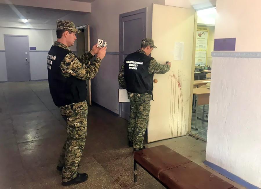 Работа следственного комитета на месте взрыва в колледже в Керчи