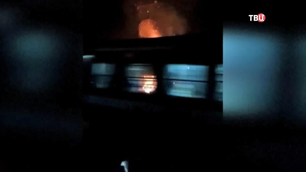 Поезд врезается в толпу в Индии