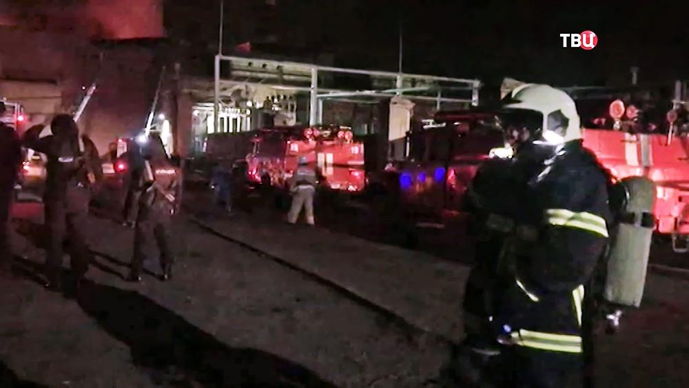 Пожарные на месте возгорания на заводе во Владикавказе