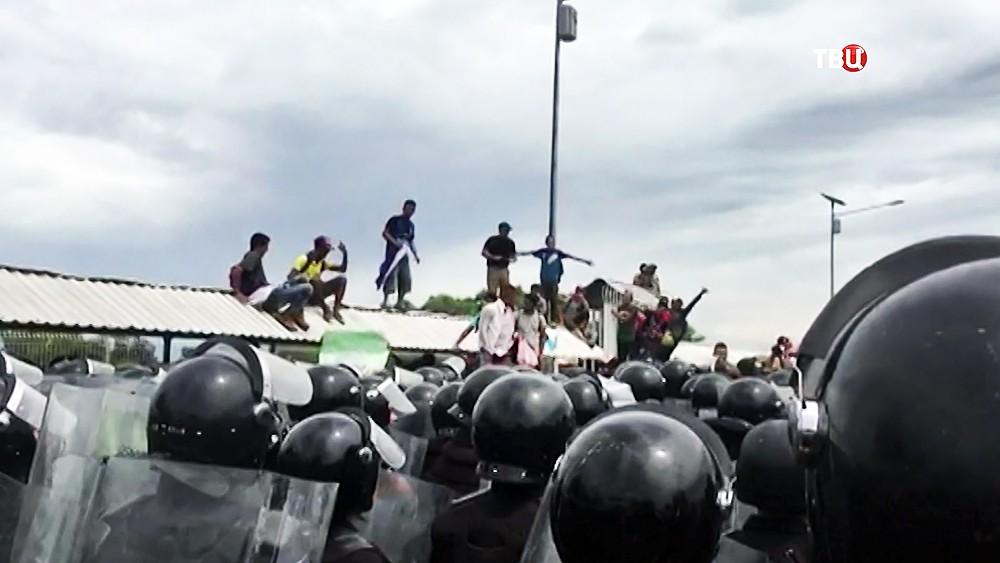 Полиция Мексики сдерживает натиск мигрантов из Гондураса