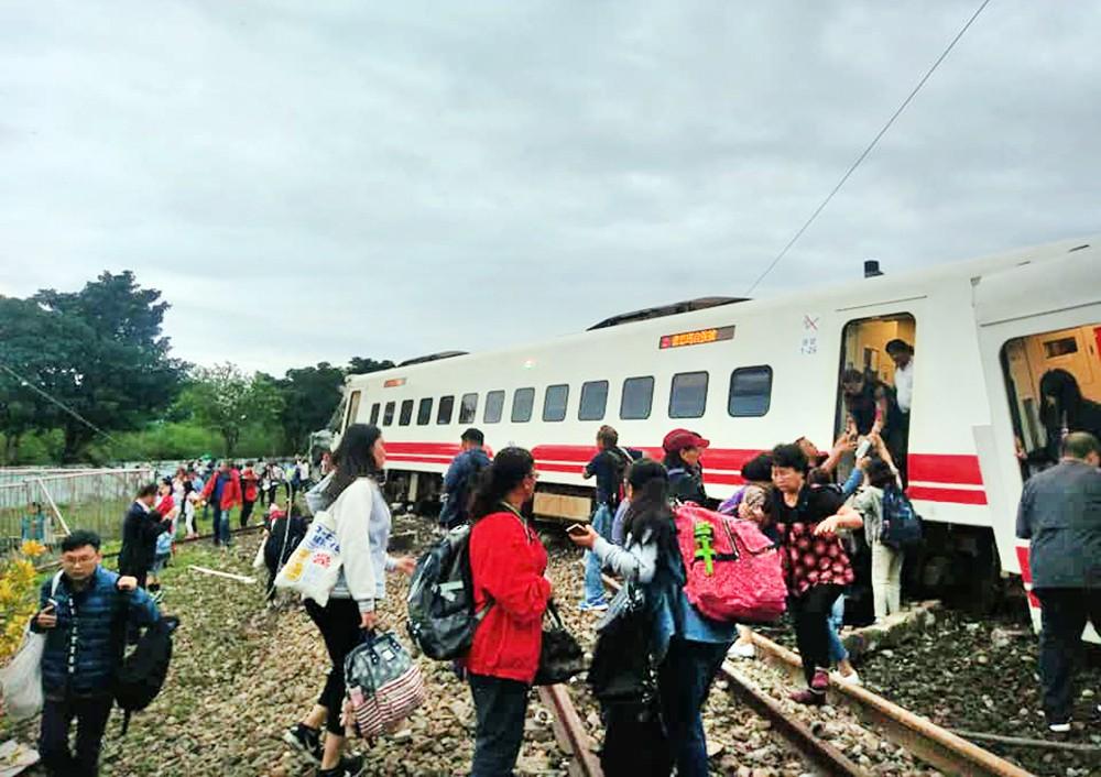 Последствия крушения поезда в Тайвани
