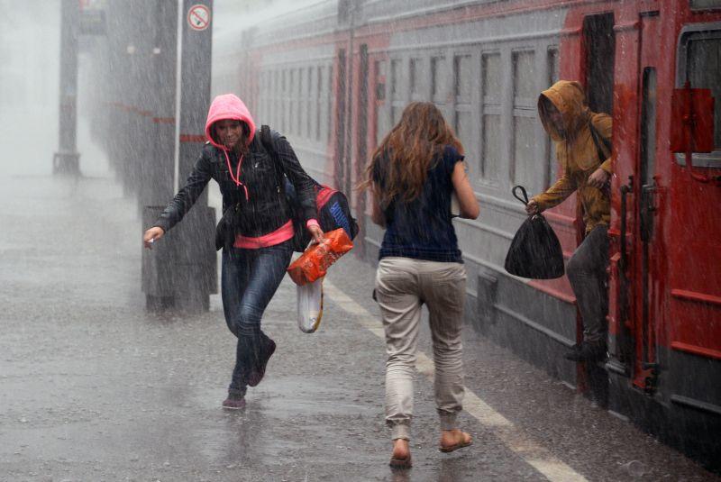 Пассажиры попали под ливень на ж/д станции