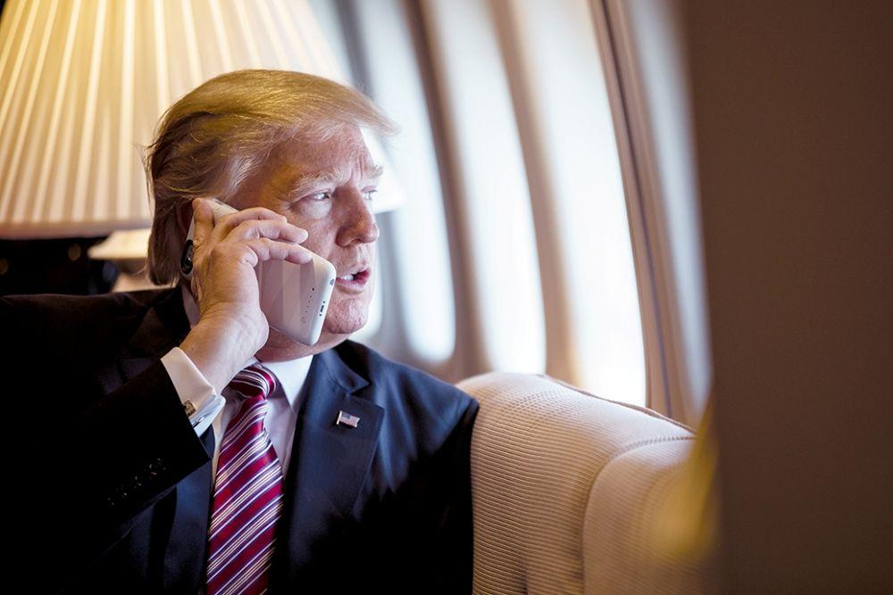 Дональд Трамп с мобильным телефоном