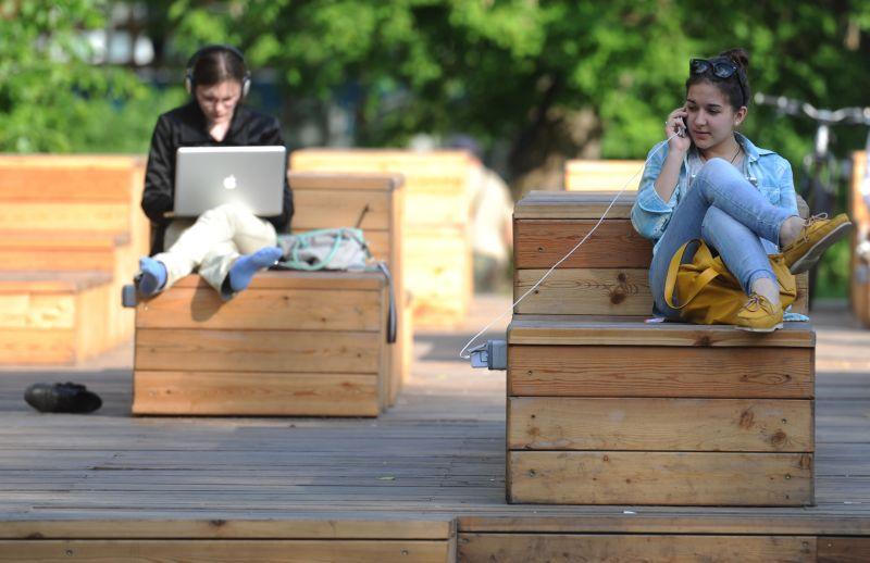 Горожане отдыхают в парке
