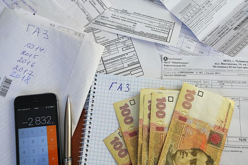 Денежные купюры Украины и квитанции за оплату коммунальных услуг
