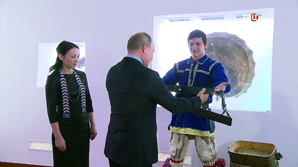 Владимиру Путину в ХМАО подарили пояс охотника