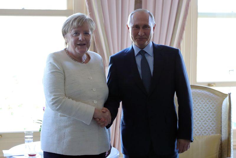 Владимир Путин и Ангела Меркель на встрече в Стамбуле