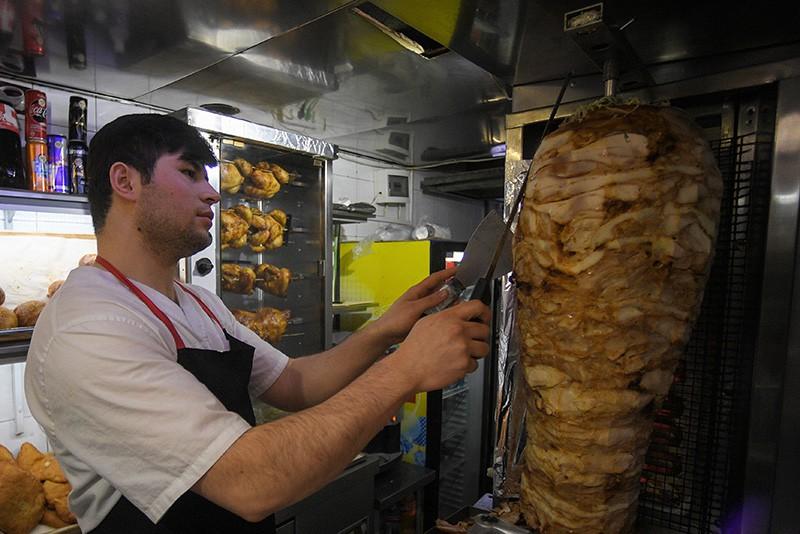 Продавец работает в торговой точке по продаже шаурмы в Москве